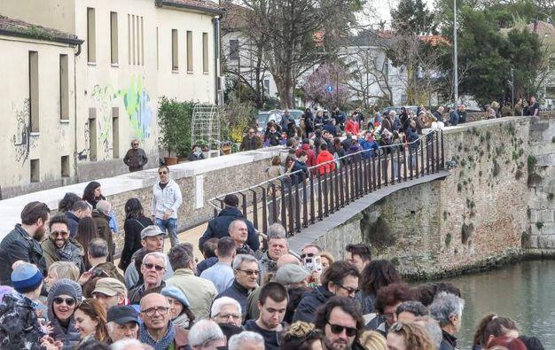 A migliaia per la prima passeggiata sulla nuova passerella del ponte di Tiberio (Foto Pasquale Bove)