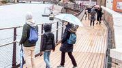La prima passeggiata sulla nuova passerella del ponte di Tiberio (Foto Pasquale Bove)