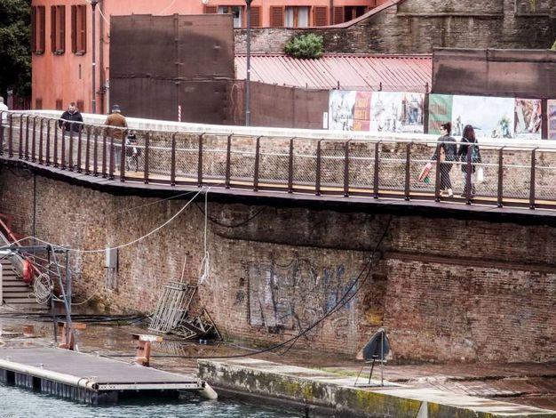 La passerella è 'sospesa' lungo via Bastioni settentrionali (Foto Pasquale Bove)