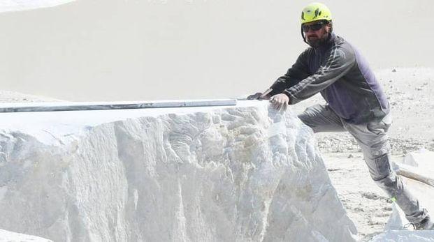 Al lavoro in una cava di marmo  (foto d'archivio)
