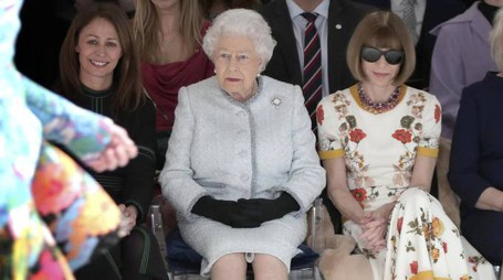 Anna Wintour assiste a una sfilata accanto alla regina Elisabetta (Ansa)