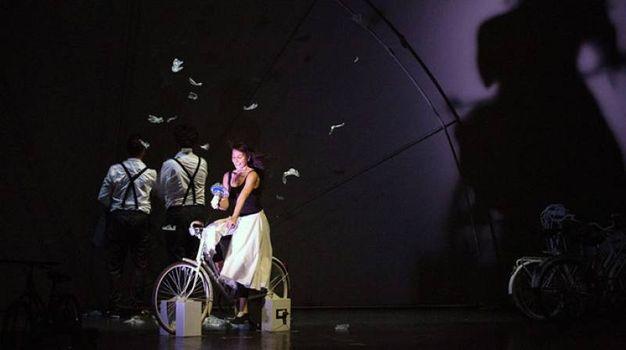 Gli attori attivano meccanismi e luci pedalando in Raggi di luce, 6 aprile da 6 a 10 anni