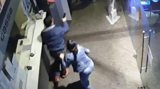 l momento in cui Maurizio Novembrini fa fuoco contro il fratello Carlo e la compagna