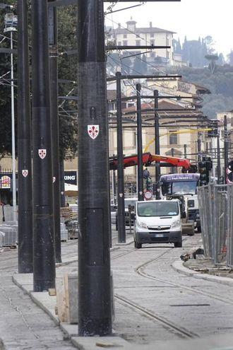 La foresta di pali in piazza Stazione (New Press Photo)