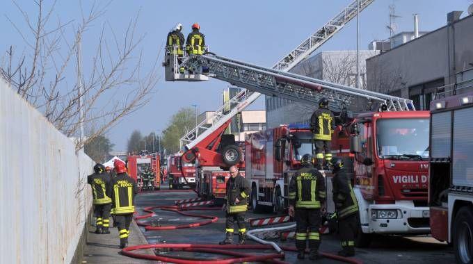 I vigili del fuoco intervenuti per l'incendio a San Donato