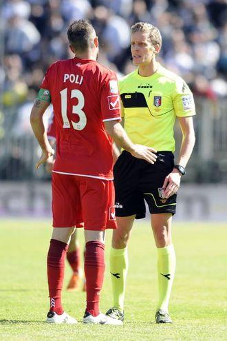 Poli discute con l'arbitro Chiffi (foto LaPresse)