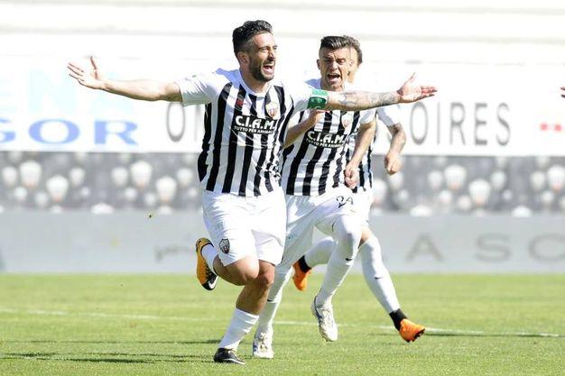 Mengoni esulta per il gol del del raddoppio dell'Ascoli (foto LaPresse)