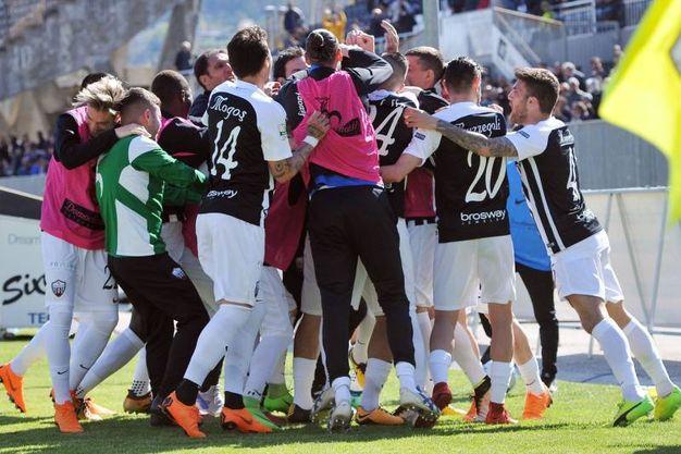 La gioia dei giocatori dell'Ascoli (foto LaPresse)