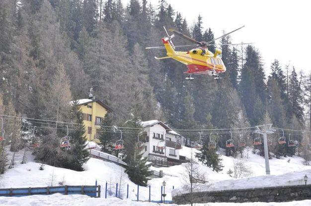 Gli elicotteri dei soccorsi in azione dopo la valanga caduta al Colle di Chamolé a Pila (Ansa)