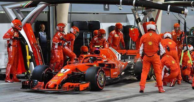 L'infortunio ai box del meccanico Ferrari (Ansa)