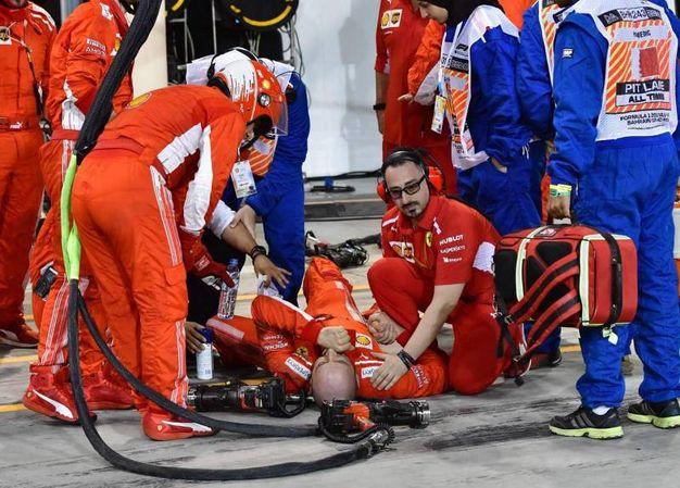 L'infortunio ai box del meccanico Ferrari (Lapresse)