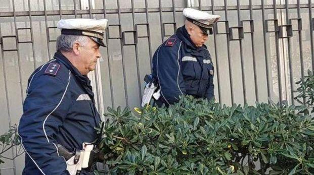 Controlli degli agenti della polizia municipale in via Manin dove erano stati sistemati alcuni giacigli nell'ex edificio della Telecom