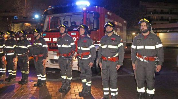 I pompieri schierati in piazza