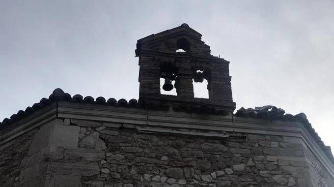 I danni causati dalla scossa di terremoto alla chiesa di Santa Maria di Varano (Ansa)