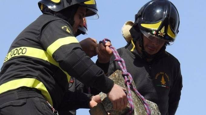 Vigili de fuoco rimuovono una croce pericolante a Tolentino