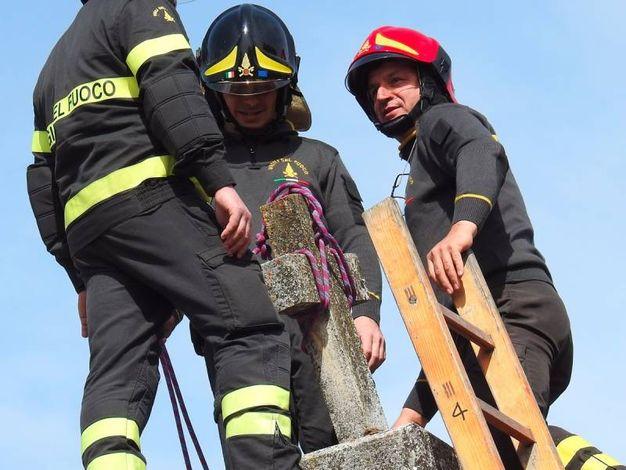 Una croce pericolante a Tolentino viene smontata dai vigili del fuoco