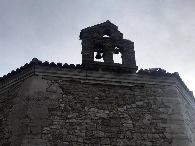 Il campanile danneggiato (Ansa)