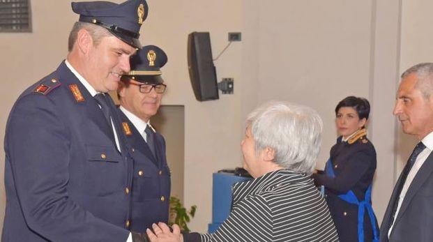 La presidente del tribunale di Pavia Annamaria Gatto premia il personale della polizia stradale nelle persone di Pasquale Bencivenga e Roberto Dalla Zanna