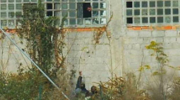 """Lo spacciatore tunisino aveva il suo """"ufficio"""" nell'area dismessa"""