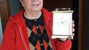 Una donna mostra la sveglia ferma all'ora della scossa