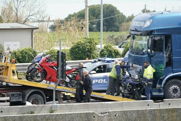 Le moto vengono portate via (foto Zeppilli)