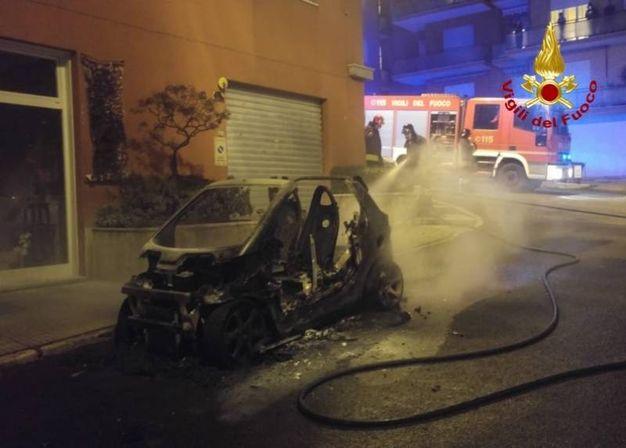 L'auto completamente distrutta dalle fiamme