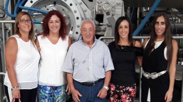 Luciano Cardinotti davanti ad una paper machine Recard circondato dalle familiari che lavorano in azienda