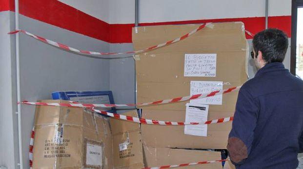 Il distributore automatico dei biglietti alla stazione sfasciato dai vandali