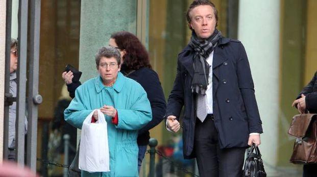 La maestra arrestata per maltrattamenti con il suo avvocato all'uscita dal tribunale