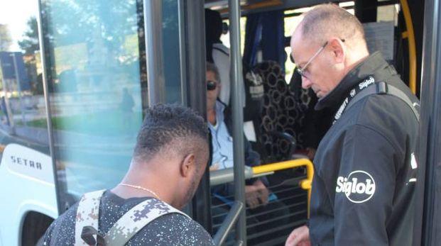 Un uomo della Fifa Security controlla  il biglietto di un passeggero