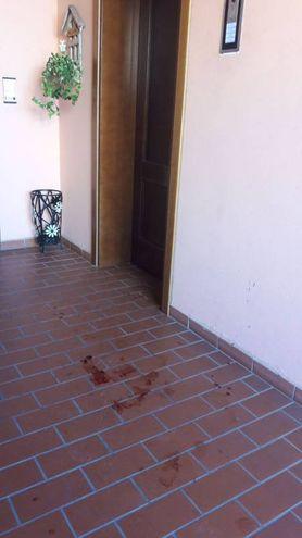 Le tracce all'entrata della casa