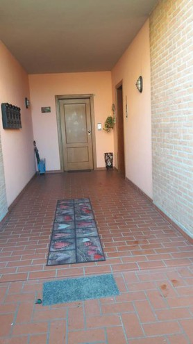 L'entrata dell'abitazione dei coniugi 65enni