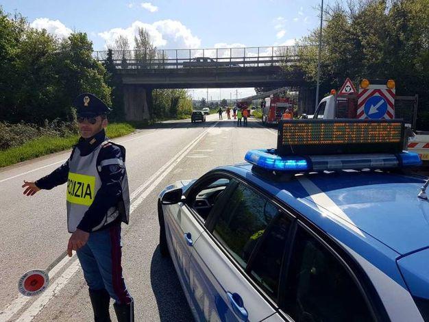 Polizia stradale al cavalcavia sulla Ss16