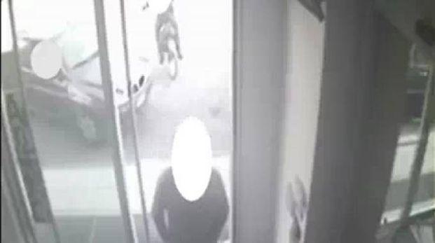 L'auto dei rapinatori davanti a uno sportello bancomat a Lissone
