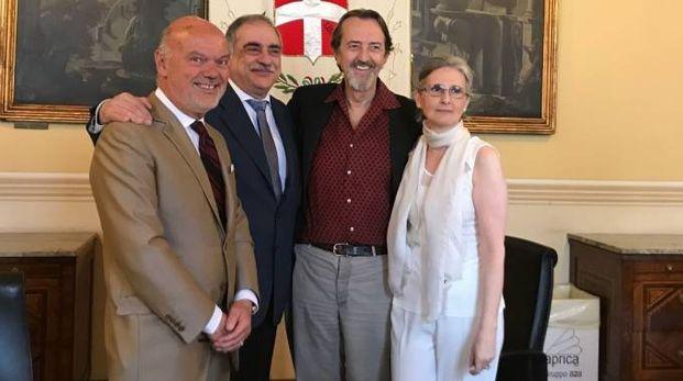 Giovanni Gastel insieme al sindaco e alla curatrice della mostra