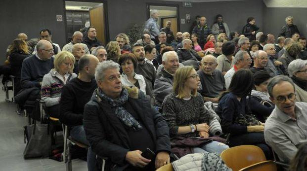 Una folla all'assemblea pubblica