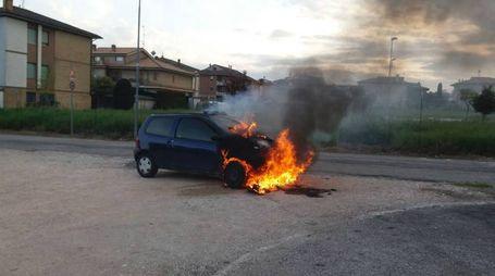 L'auto a fuoco (foto Zeppilli)