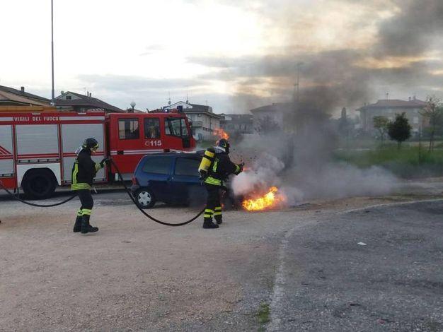 Vigili del fuoco sul luogo dell'incendio (foto Zeppilli)