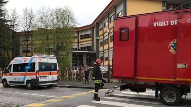I vigili del fuoco fuori dall'istituto