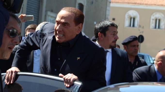 Berlusconi a Termoli sale sul predellino (Lapresse)