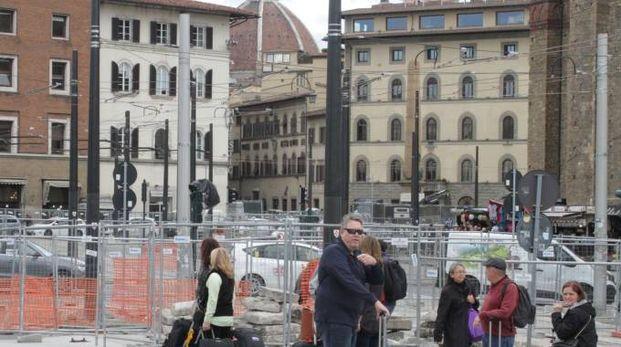 La selva di pali che assediano la stazione (Umberto Visintini / New Press Photo)