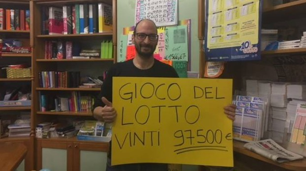 Manuele Ameli mostra il cartello della vincita al Lotto realizzata alla tabaccheria Alessandrini