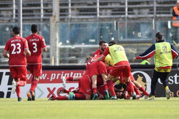 Il Carpi pareggia a Brescia. La gioia per il gol a fine secondo tempo (foto LaPresse)
