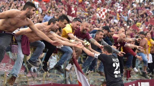 L'abbraccio fra i tifosi del Livorno e il portiere Mazzoni
