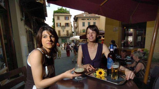 Turisti al tavolino di un bar