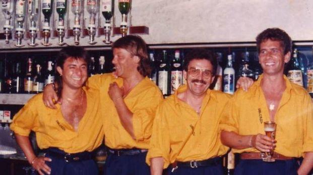 Al centro Ennio Sanese (con i baffi) nel locale in una foto del 1988 e alcuni pierre
