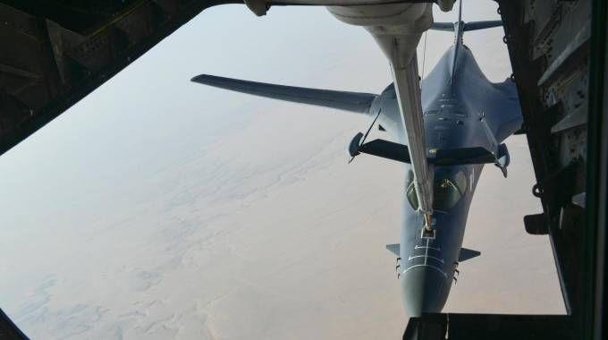 Siria, il rifornimento in volo di un Air Force B-1 (Ansa)