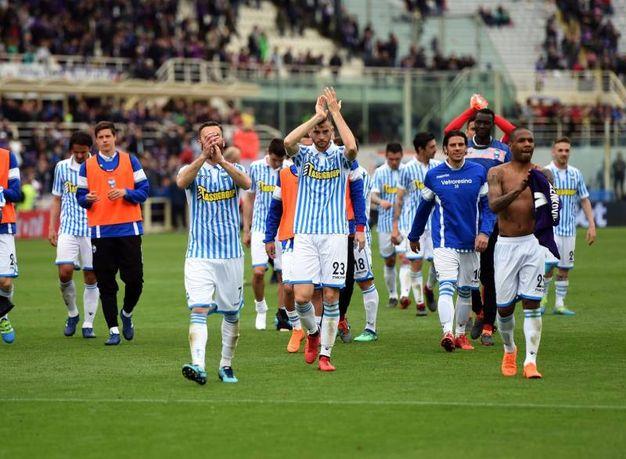 I giocatori della Spal ringraziano i tifosi accorsi al Franchi di Firenze (foto Businesspress)