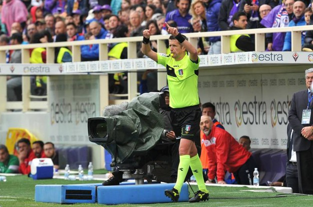 L'arbitro Daniele Orsato non convalida il rigore per la Spal dopo aver visto la Var (foto LaPresse)