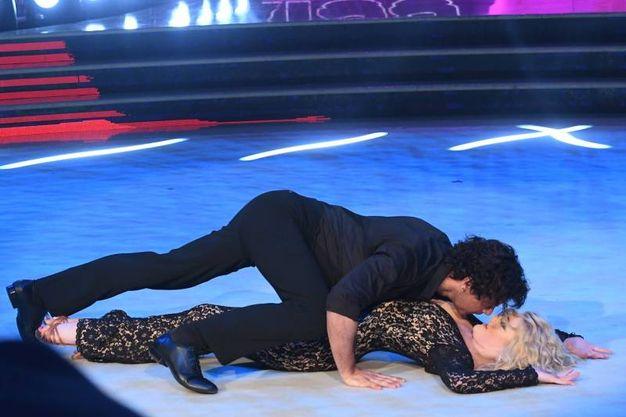 Il sexy-ballo di Garko con Gioia Giovanati (Lapresse)